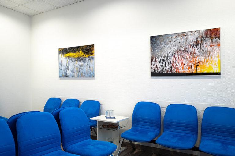Modernes Wartezimmer mit blauen Stühlen